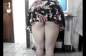 rab&atilde_o loiro dan&ccedil_ando ax&eacute_ e sacudindo a saia